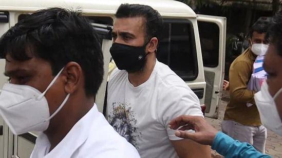 सिनेजीवन: शिल्पा शेट्टी-राज कुंद्रा के घर मुंबई पुलिस की रेड और कोरोना पीड़ित कलाकारों के लिए अक्षय ने दिखाया बड़ा दिल