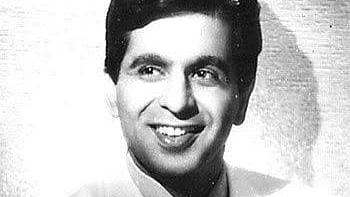 सिनेजीवन: 'ट्रेजेडी किंग' के जाने से शोक में डूबा बॉलीवुड और जानें ऑन-स्क्रीन प्यार और दिलीप कुमार के कई किस्से