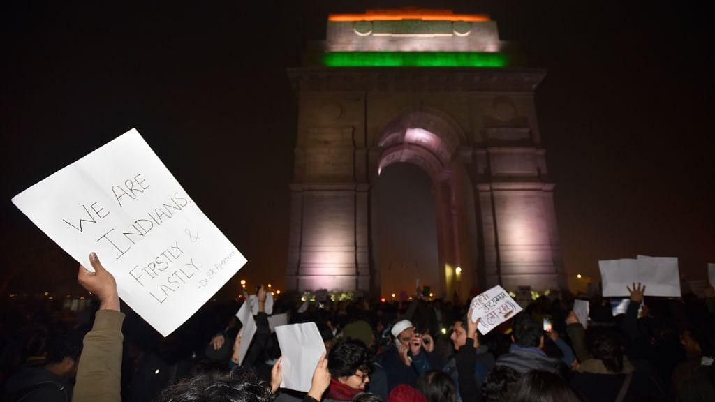 मनमानी के खिलाफ उठी असहमति की आवाज़ें दबाने के लिए सत्ता ने भारत को बना दिया देशद्रोहियों का देश