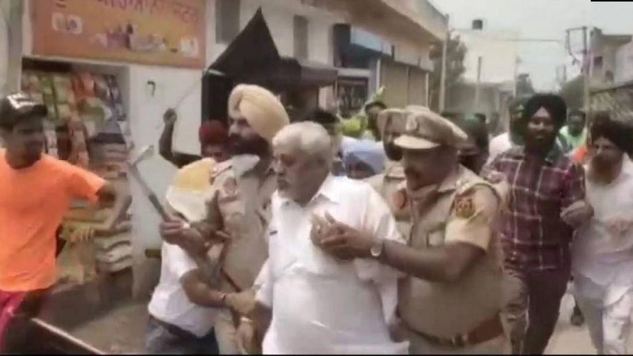 पंजाब में किसानों ने बीजेपी नेताओं को बनाया बंधक, पुलिस ने 12 घंटे की मशक्कत के बाद सुरक्षित छुड़ाया