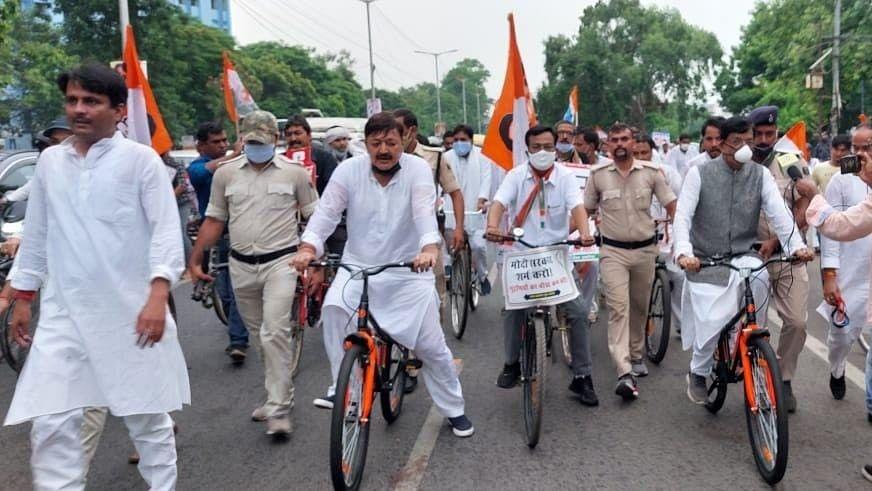 बढ़ती महंगाई के खिलाफ सड़क पर उतरी बिहार कांग्रेस, पटना में 'साइकिल रैली' निकाल जताया विरोध