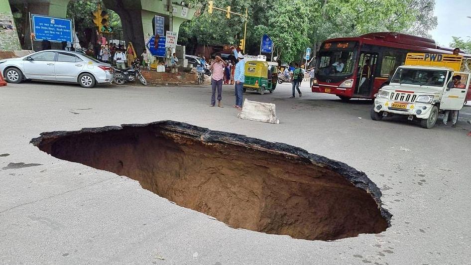 दिल्ली में बारिश ने सड़कों को किया खोखला, आईआईटी फ्लाईओवर के नीचे सड़क धंसने से बनी खाई