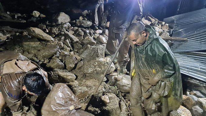 उत्तरकाशी में भारी बारिश के बाद फटा बादल, एक ही परिवार के 3 लोगों की मौत, गंगोत्री हाईवे बंद, अलर्ट जारी