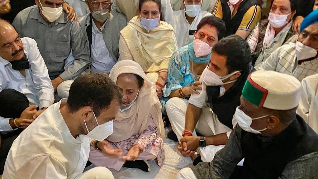 शिमला पहुंचर पूर्व CM वीरभद्र सिंह को राहुल गांधी ने दी श्रद्धांजलि, परिजनों से मुलाकात कर व्यक्त की संवेदनाएं