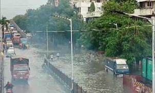 भारी बारिश से मुंबई बेहाल, सड़क और रेल यातायात प्रभावित, कई इलाके डूबे, लोग परेशान, देखें तस्वीरें