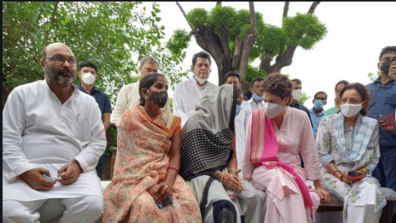 यूपी के लखीमपुर पहुंचीं प्रियंका गांधी, पंचायत चुनाव में जिस महिला से हुई थी बदसलूकी उनसे की मुलाकात, छलका दर्द