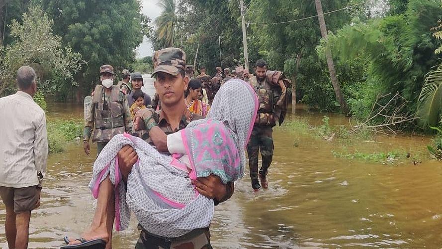 मध्य प्रदेश में बाढ़ से हालात बेहद खराब, बचाव अभियान में जुटी सेना, सैकड़ों लोगों को बचाया गया