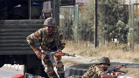 जम्मू-कश्मीर के कुलगाम में घिरे दो आतंकियों से मुठभेड़ जारी, दो जवान और दो नागरिक घायल