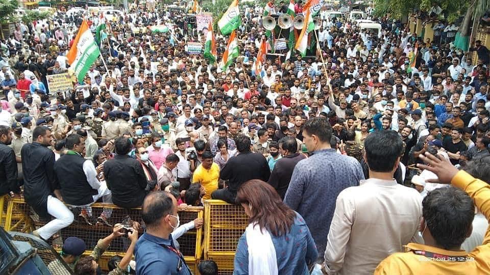 इंदौर में बीजेपी की यात्रा को अनुमति, पर गणेश उत्सव पर रोक, कांग्रेस ने किया विरोध तो पुलिस ने बरसाई लाठियां