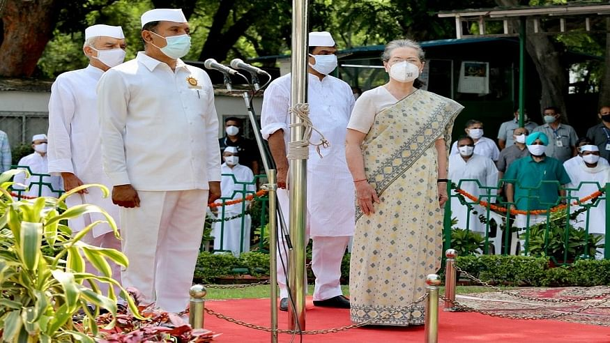 स्वतंत्रता दिवस: सोनिया गांधी ने कांग्रेस मुख्यालय पर फहराया तिरंगा, राहुल गांधी समेत पार्टी के कई नेता हुए शामिल