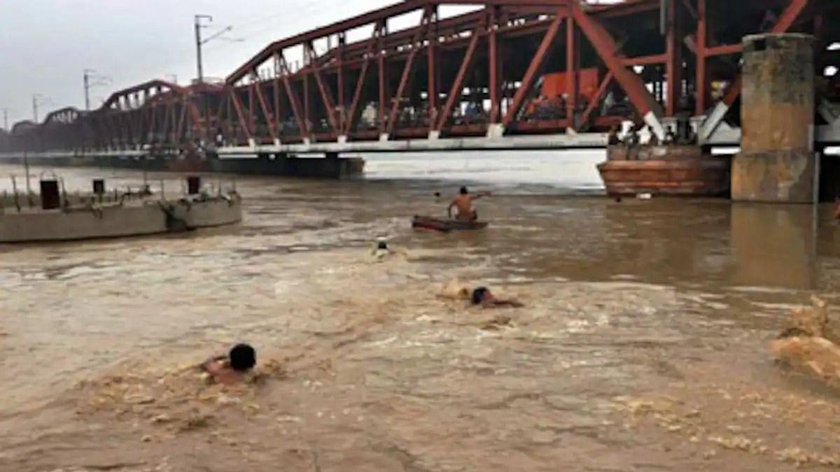 यूपी में खतरे के निशान से ऊपर बह रही प्रमुख नदियां, बाढ़ की चपेट में 24 जिले, 605 गांव