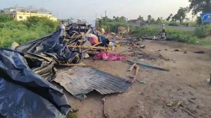गुजरात में सड़क किनारे झोपड़ियों में सो रहे लोगों को ट्रक ने रौंदा, 8 की मौके पर ही मौत, 4 से ज्यादा लोग घायल