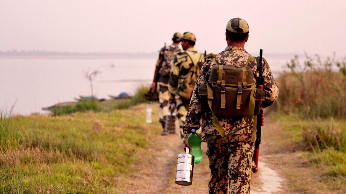बांग्लादेशी तस्करों ने BSF जवानों पर किया हमला, जवाबी कार्रवाई में 2 ढेर