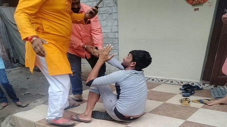 इंदौर में लिंचिंग की कोशिश! चूड़ी बेचने वाले युवक को भीड़ ने पीटा, पीड़ित बोला- क्या मुस्लिम होना पाप है?