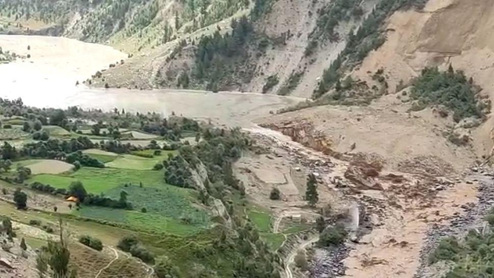 हिमाचल में भूस्खलन से रुकने के बाद चंद्रभागा नदी ने बनाया नया रास्ता, नीचले गांवों पर आया बाढ़ का खतरा टला
