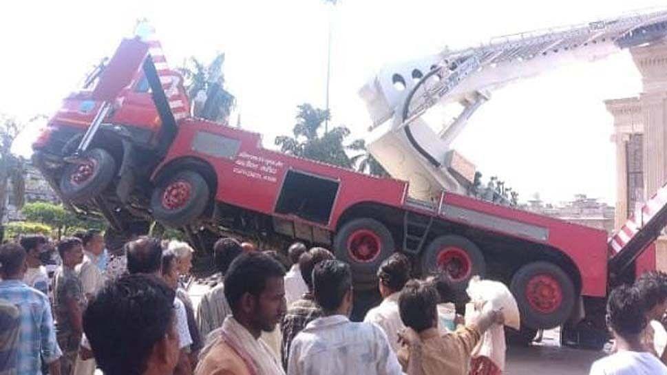 मध्य प्रदेश: ग्वालियर में झंडा लगाते समय बड़ा हादसा, क्रेन टूटने से तीन लोगों की दर्दनाक मौत, 2 की हालत गंभीर