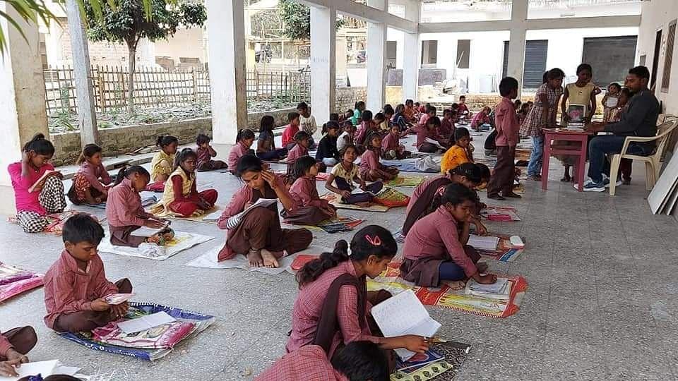 बिहार : जहां धधकती है चिताएं, वहां शिक्षा का अलख जगा रहे मजबूत हौसले वाले तीन दोस्त