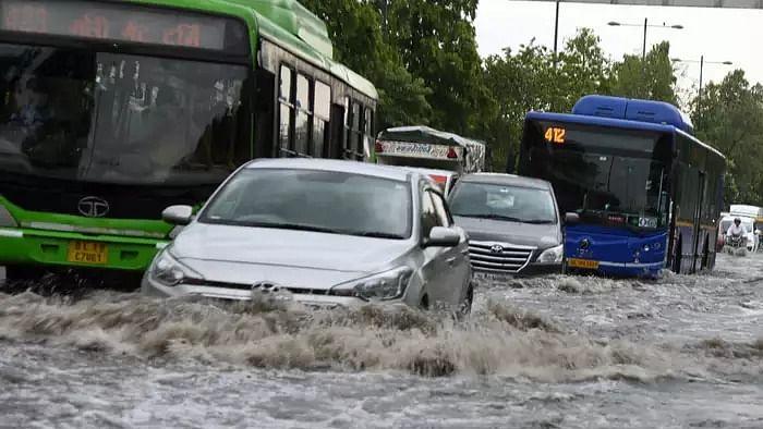 दिल्ली-NCR में आफत की बारिश! मूसलाधार बरसात से कई सड़कें बनी 'तालाब', ट्रैफिक ने रुलाया