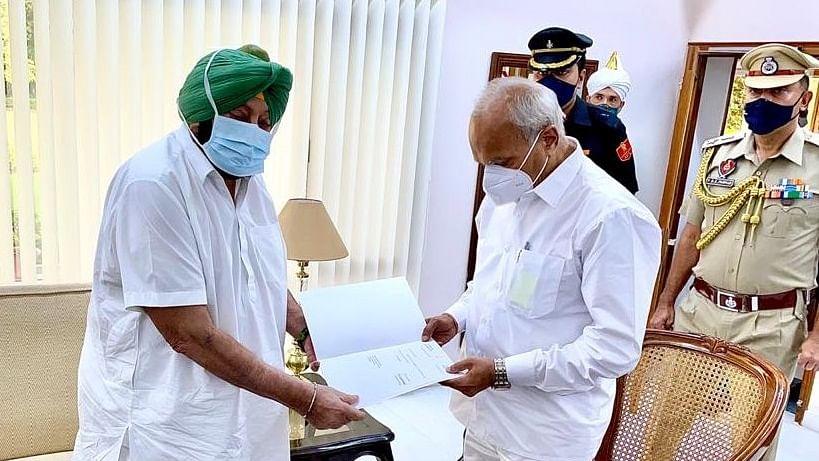 पंजाब के मुख्यमंत्री अमरिंदर सिंह ने दिया इस्तीफा, कांग्रेस विधायक दल की बैठक में नए मुख्यमंत्री पर होगा फैसला
