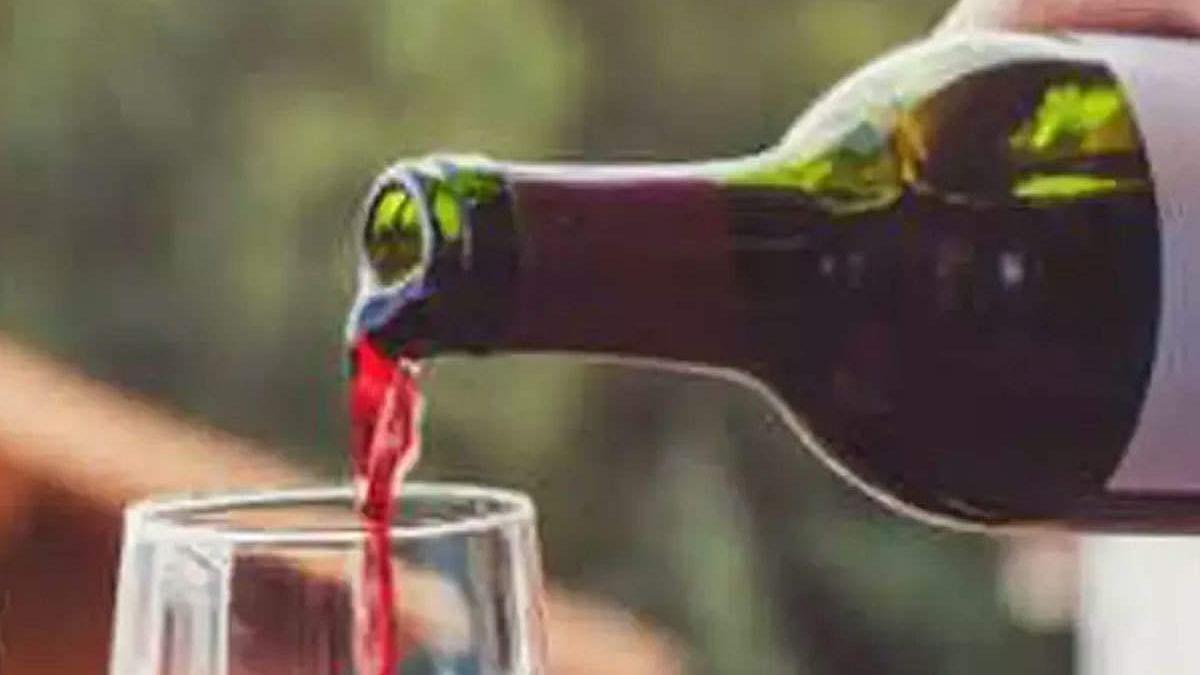 सवालों के घेरे में 'गुजरात मॉडल'! शराबबंदी वाले राज्य में एक शख्स खुलेआम बेच रहा शराब, कहा- पुलिस भी शामिल