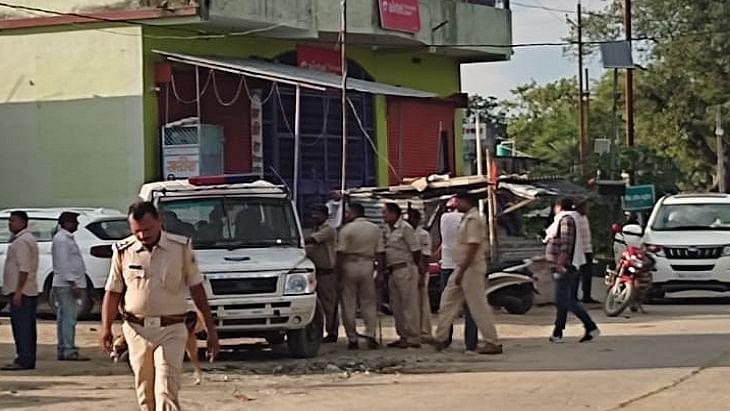 बिहारः फिल्मी स्टाइल में पुलिस की बैंक लुटेरों से मुठभेड़, एक अपराधी ढेर, 3 गोली लगने से घायल