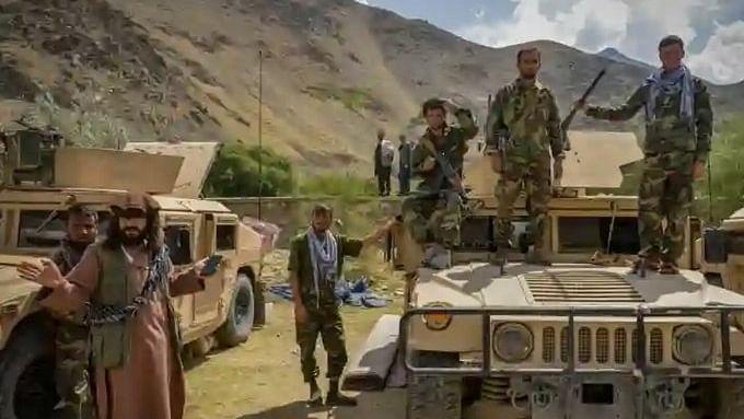 अमेरिका द्वारा छोड़े गए हथियारों और बख्तरबंद गाड़ियों का इस्तेमाल कर पंजशीर जीतने की कोशिश में तालिबान
