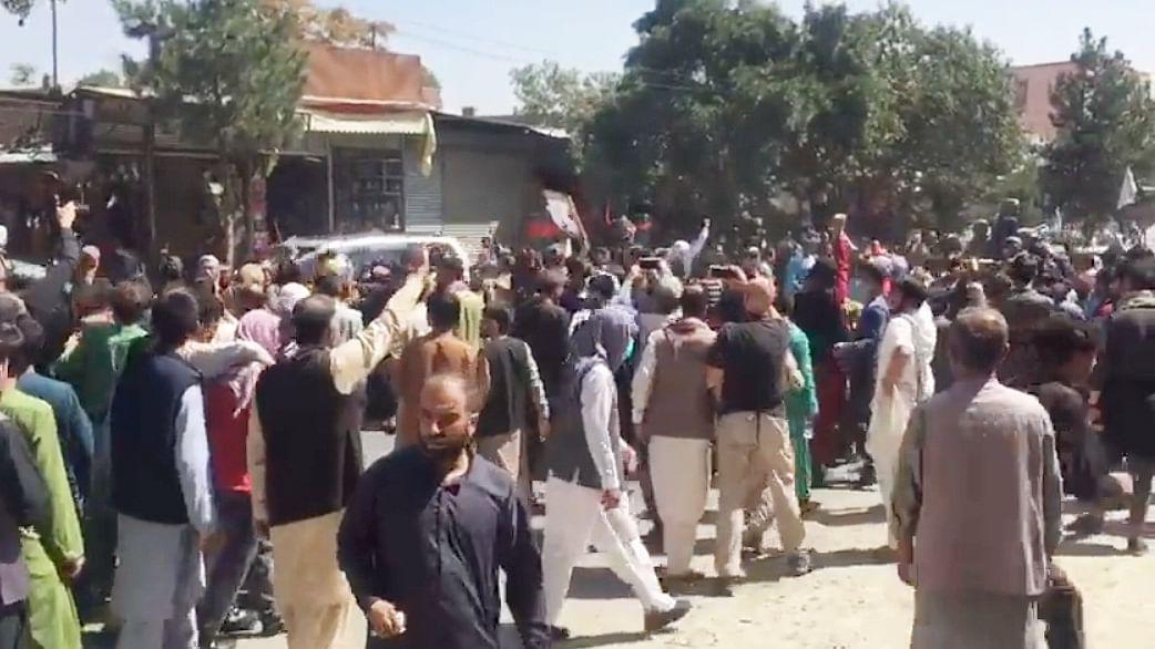 काबुल में पाकिस्तान के खिलाफ जोरदार प्रदर्शन, तालिबान लड़कों ने की फायरिंग, देखें वीडियो