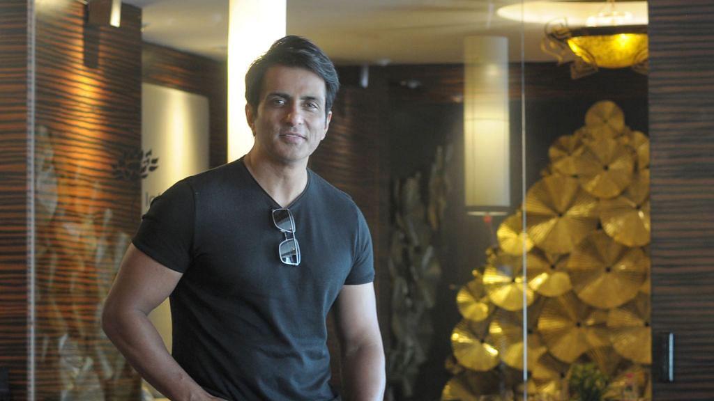 लॉकडाउन के दौरान आम लोगों के लिए मसीहा बने अभिनेता सोनू सूद से जुड़े दफ्तरों पर मुंबई-लखनऊ में आयकर विभाग का धावा