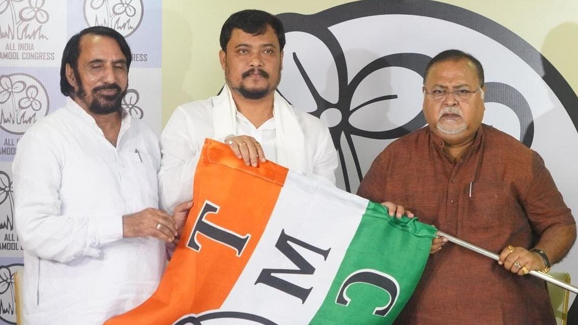 पश्चिम बंगाल में बीजेपी को एक और झटका, एक और विधायक ने थामा तृणमूल कांग्रेस का हाथ, साथ छोड़ने पर मांगी माफी