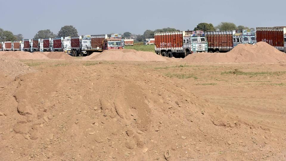 बिहार में माफिया खुलेआम उड़ा रहे NGT प्रतिबंध की धज्जियां, नीतीश की पुलिस की नाक के नीचे जारी है रेत का खनन