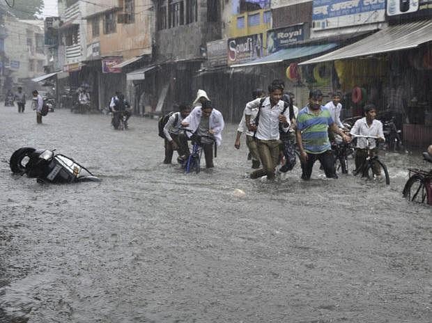 भारी बारिश ने यूपी को कर दिया पानी-पानी, 15 लोगों की मौत, अगले दो दिन बंद रहेंगे स्कूल और कॉलेज