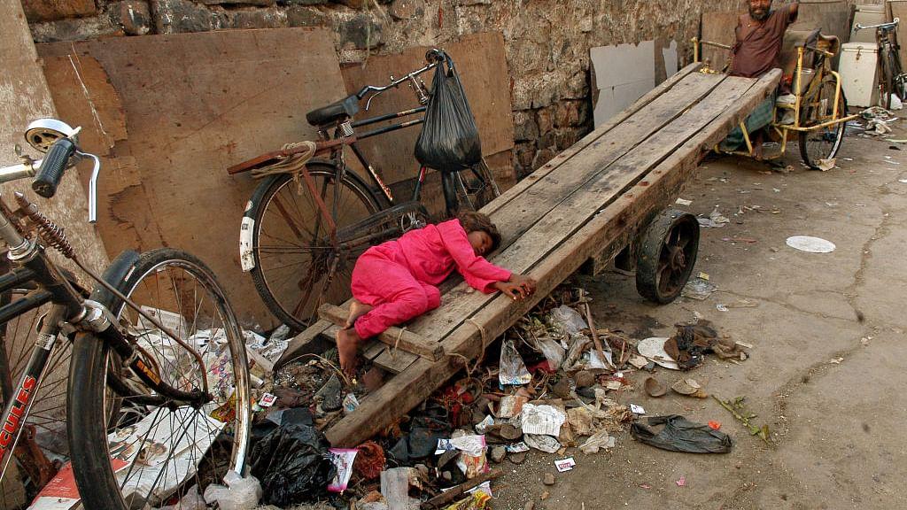 मोदी सरकार की आर्थिक नीतियों से देश की आधी आबादी हो गई गरीब, पर सत्ता पक्ष को 'थैंक्यू मोदी जी' से फुर्सत नहीं
