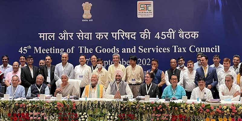 GST परिषद की बैठक में पेट्रोल-डीजल पर नहीं हुआ फैसला, कैंसर, जीवन रक्षक दवा होंगी सस्ती, रेल सफर हो सकता है मंहगा