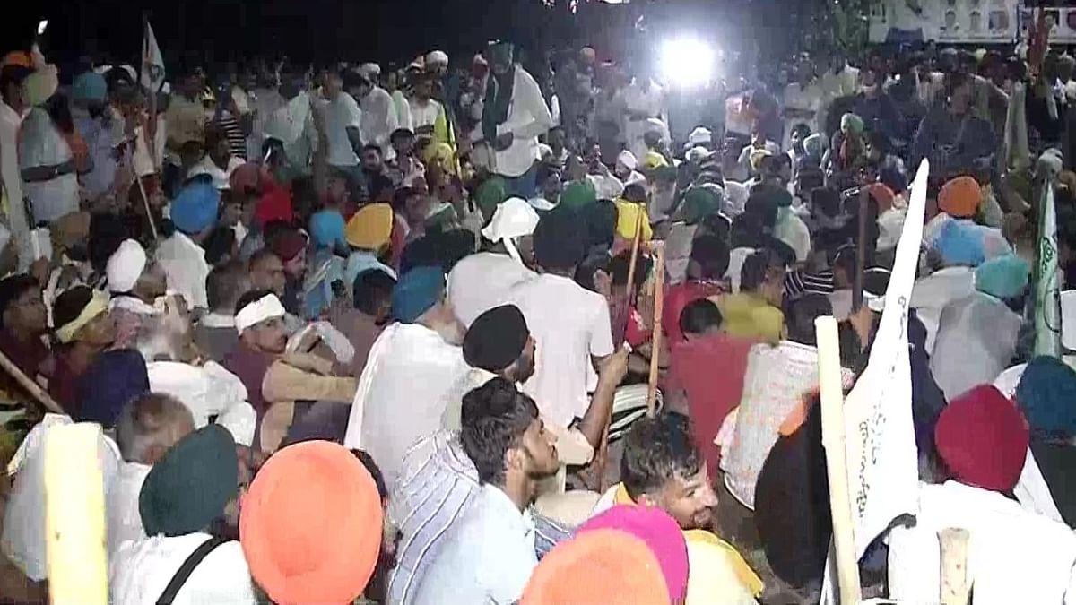 करनाल महापंचायतः किसानों ने सचिवालय को घेरा, आरोपी अधिकारी पर कार्रवाई के लिए धरने पर बैठे