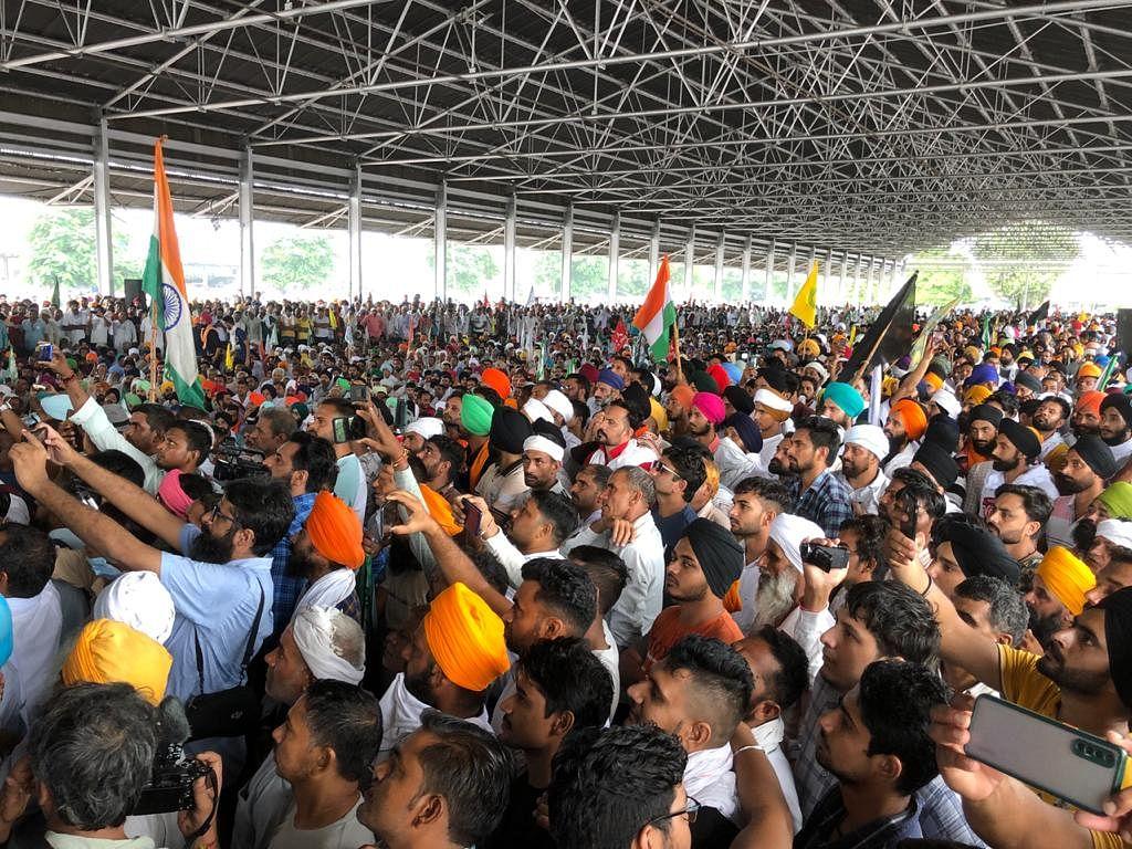 करनाल में किसानों के सैलाब ने खट्टर सरकार को दिया जवाब, अपने ही घर में बुरी तरह घिर गए मुख्यमंत्री