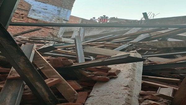 दिल्ली के सीता राम बाजार में गिरी 4 मंजिला इमारत, किसी के दबने की सूचना नहीं, दमकल कर्मी मौके पर मौजूद