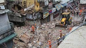 दिल्ली में जहां गिरी बहुमंजिला इमारत, वहां फिर हो सकता है बड़ा हादसा, पास की 9 इमारतें भी खतरनाक हालत में