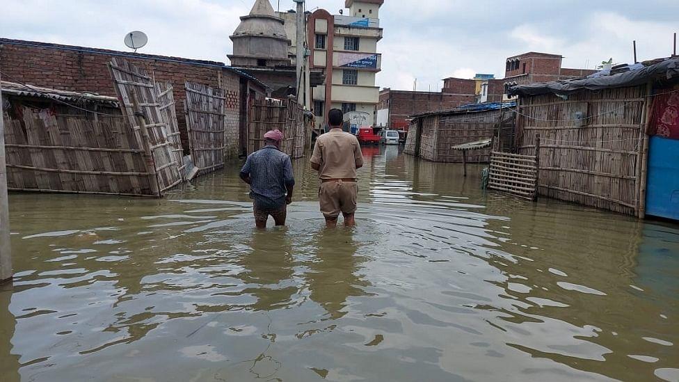 बिहार में बाढ़ से हालात भयावह, अस्पताल जलमग्न, थाना डूबा, लोग सड़कों पर शरण लेने को मजबूर