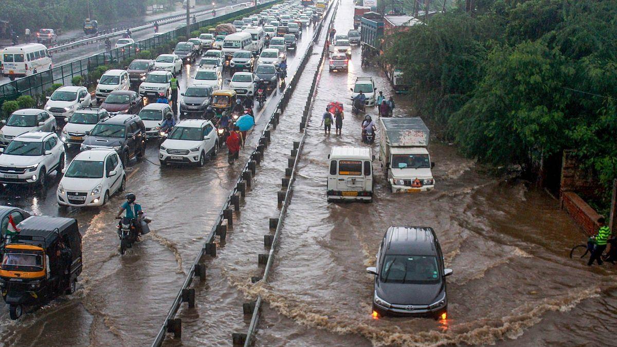 दिल्ली में लगातार तीसरे दिन बारिश, सड़कों पर भरा पानी, लोग बेहाल, 19 साल का टूटा रिकॉर्ड