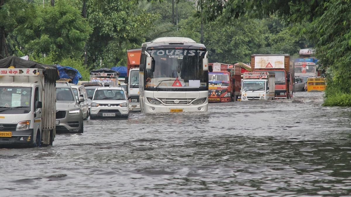 दिल्ली एयरपोर्ट से निकली यात्रियों से भरी बस पानी में फंसी, दमकल कर्मियों ने किसी तरह सुरक्षित निकाला