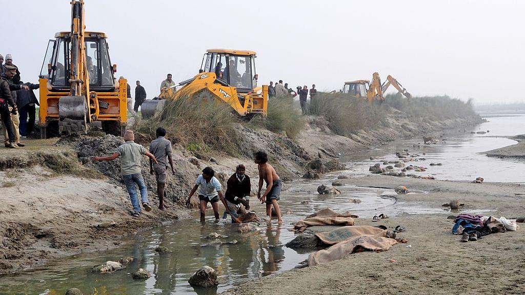 कल तक शवों को नदी में बहाए जाने को परंपरा बता रहे थे योगी आदित्यनाथ, अब कर दिया आदेश हजारों रुपए जुर्माना वसूलने का
