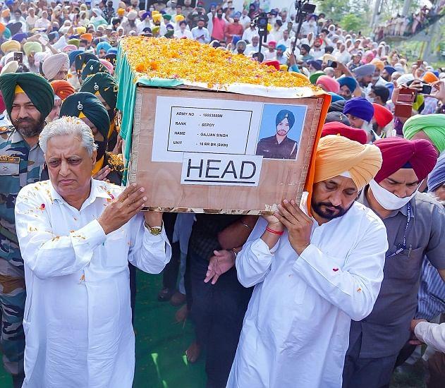 पंजाब के मुख्यमंत्री ने शहीद जवान की अर्थी को दिया कंधा, वीर सपूत के भतीजे का हाथ पकड़ चिता को दी अग्नि