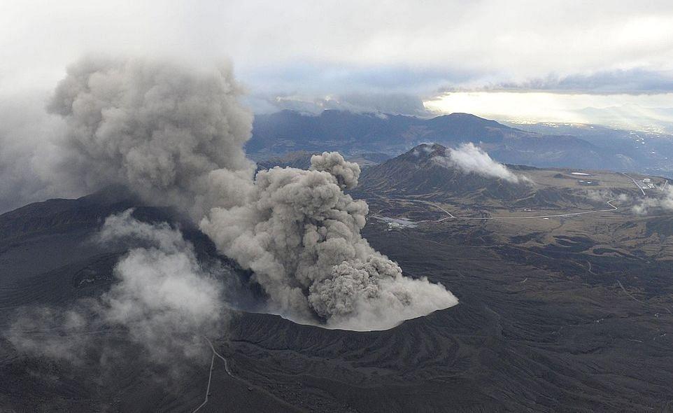 जापान के माउंट एसो ज्वालामुखी में विस्फोट, एक किलोमीटर दूर तक फैली राख, लोगों को अलर्ट रहने के निर्देश