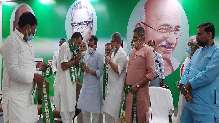 बिहार में उपचुनाव से पहले BJP को लगा झटका, मंत्री सम्राट चौधरी के भाई रोहित ने थामा JDU का दामन