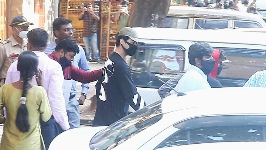 आर्यन खान के 'मौलिक अधिकारों का हनन' कर रहा NCB, शिवसेना नेता का सुप्रीम कोर्ट से मामले की जांच कराने का अनुरोध