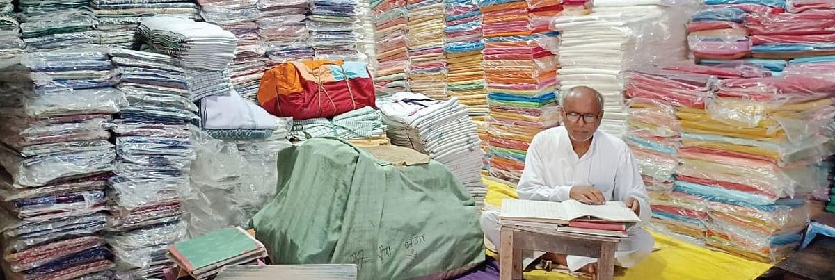 मोदी-योगी राज में आखिरी सांसें गिन रहे गांधी आश्रम, करोड़ों के कपड़े डंप, कर्मचारियों के पीएफ तक के पैसे नहीं