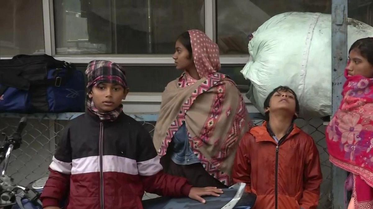टारगेट किलिंग की घटनाओं के बाद जम्मू-कश्मीर से प्रवासी मजदूरों का पलायन, रविवार को आतंकियों ने बनाया था निशाना