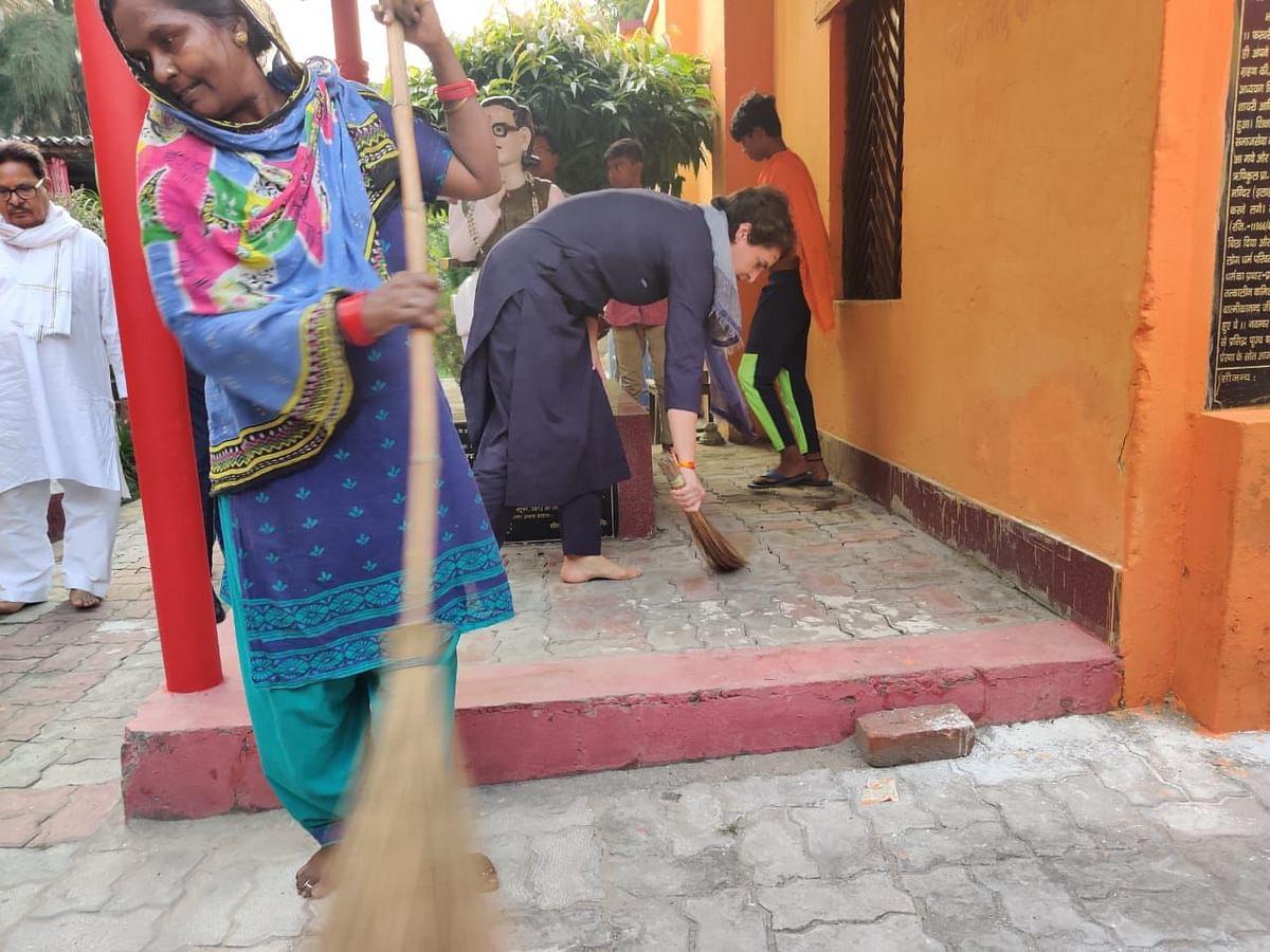 प्रियंका गांधी ने योगी को दिया करारा जवाब, दलित बस्ती में लगाया झाड़ू, कहा- ये अपमान नहीं, स्वाभिमान का प्रतीक