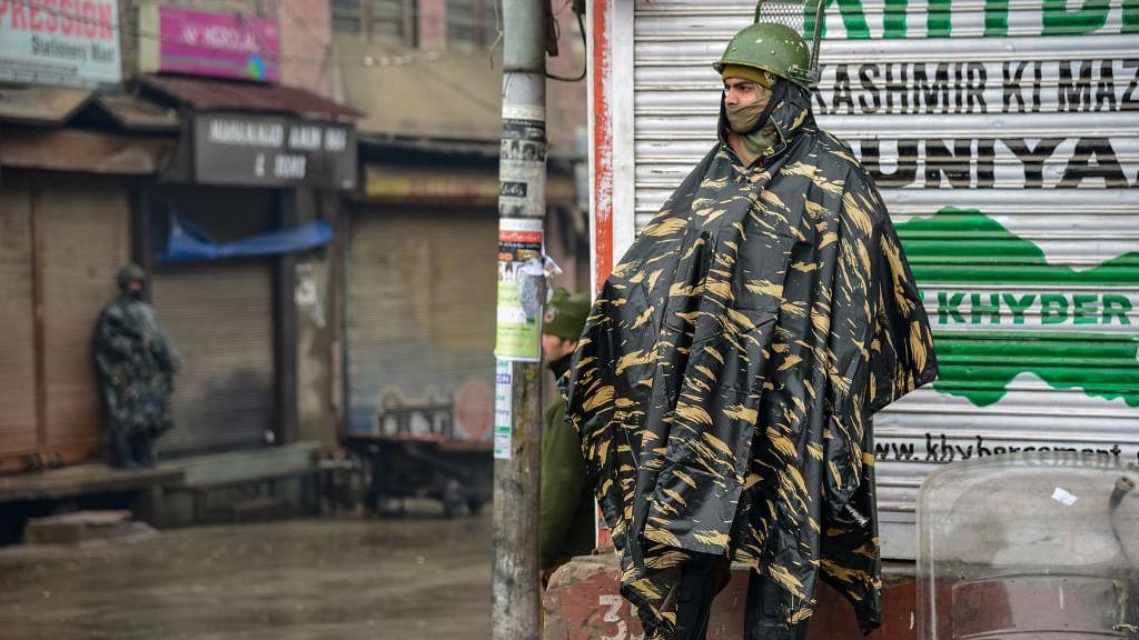 आकार पटेल का लेख: 10 बातें जिनसे पता चलता है कि बीते दो साल में न तो कश्मीर को कुछ हासिल हुआ और न कश्मीरियों को