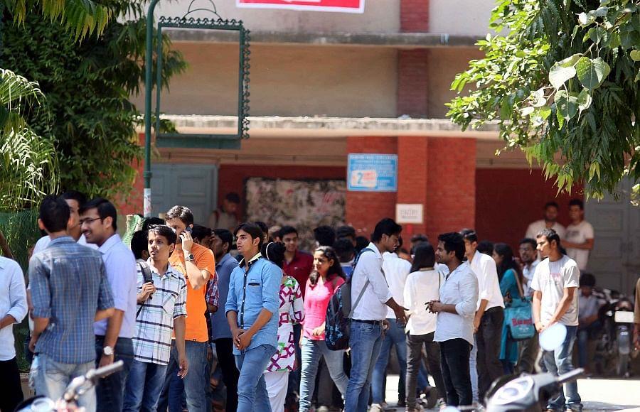 परेशान छात्रों ने DU प्रशासन से किया सवाल- मॉल, मेट्रो, बाजार खुल सकते हैं तो कालेज क्यों नहीं?